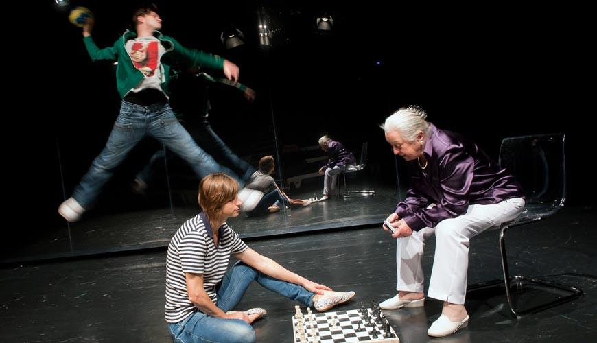"""Das Bild zeigt eine Szenen der Aufführung """"Zur Zeit nicht erreichbar"""""""