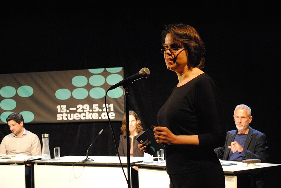 Festivalleiterin Stephanie Steinberg während der Jurydebatte für den Mülheimer Dramatikpreis / Foto: Caroline Zirves