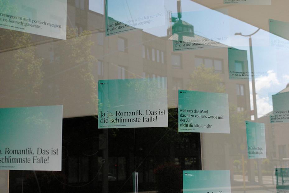 Die beliebten Zitate-Postkarten für unsere Stücke im Fenster der vier.zentrale / Foto: Caroline Zirves