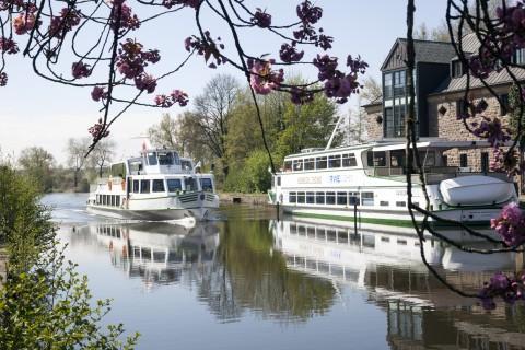 Viele Besucher warten auf die ersten Fahrten der Weißen Flotte im Frühling.