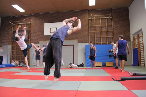 Mehrere Traceure Akrobatike beim Tricking Workshop