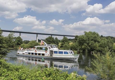 Die Weiße Flotte auf der Ruhr nahe der Ruhrtalbrücke.