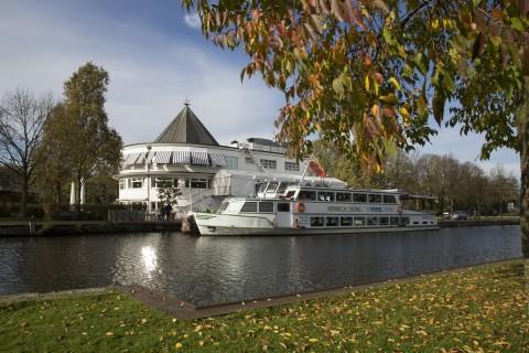 Die Heinrich Thöne vor dem Wasserbahnhof im Herbst.