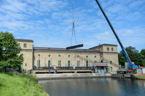 Während der Sanierung des Wasserkraftwerks Raffelberg: Setzen von Dammbalken damit ein trockener Arbeitsraum geschaffen wird.