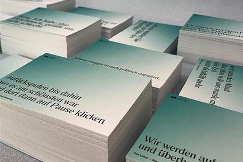 """Zitat-Postkarten der """"Stücke"""" 2021 / Foto: Katharina Krüger"""