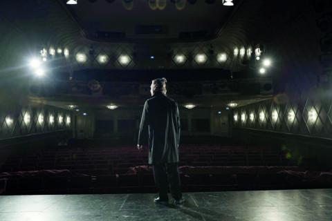 """Jonas Dassler, Darsteller in """"In My Room"""", auf der leeren Bühne des Maxim Gorki Theater Berlin."""