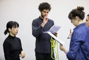 Silvia Ehnis (rechts) im Gespräch mit den Performern (Foto von Robin Junicke).