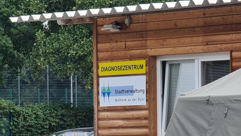Foto vom Eingang des Diagnosezentrums an der Mintarder Straße, im Vordergrund Teilansicht eines Drive Through-Zeltes. Foto: Jasmin Kramer
