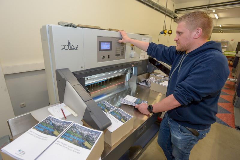 Produktion einer 20-seitigen Corona-Bürgerbroschüre, die über das Corona-Problem informiert. Stefan Fondermann, städtische Druckerei. (Foto: Walter Schernstein)