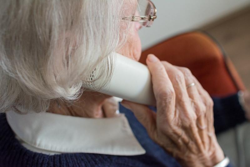 Seniorin am Telefon: Seniorenberatung, Informationen für ältere Menschen