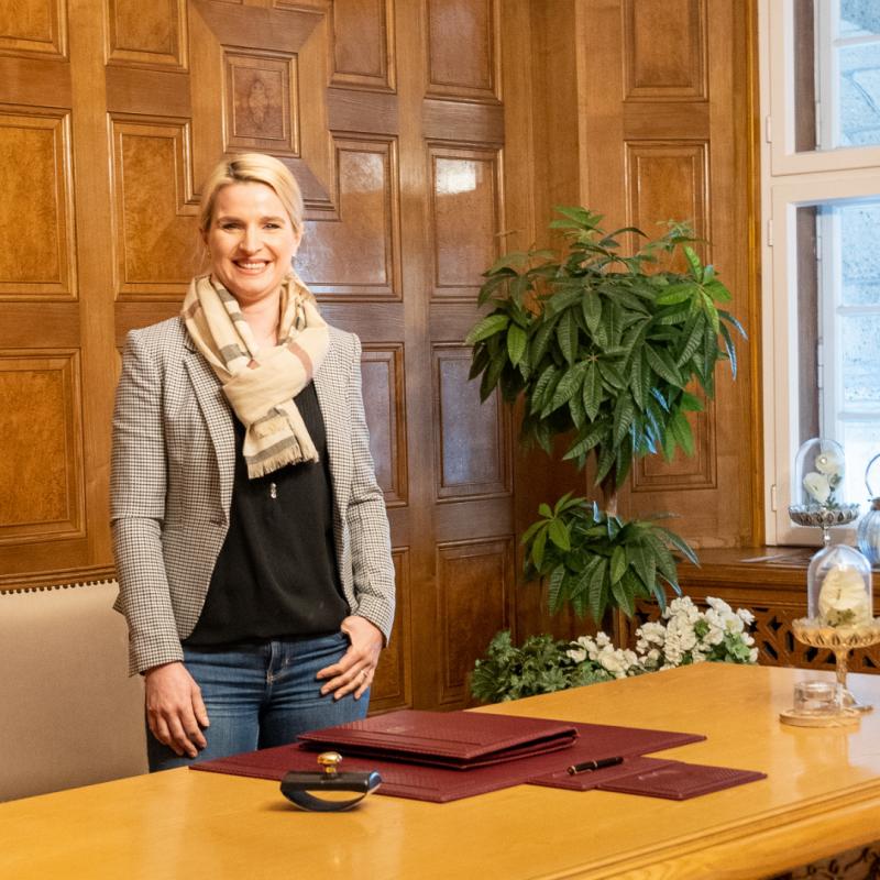 Das Bild zeigt ein Portrait von Katrin Dente, 39 Jahre, Leiterin des Standesamts Mülheim für die Reihe #STADTZEIGTGESICHT.