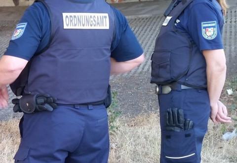 Kontrollen durch das Ordnungsamt, zwei Kollegen des Kommunalen Ordnungsdienstes - Foto: Walter Schernstein