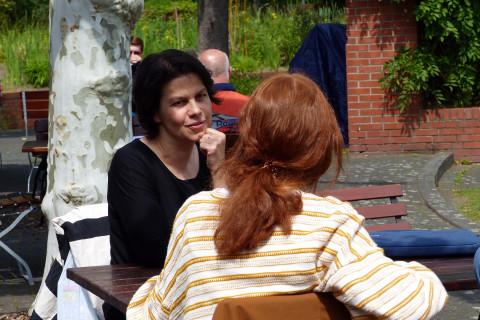 Festivalleiterin Stephanie Steinberg im Gespräch. / Foto: Katrin Schlömer